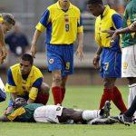 Marc Vivien Foe yang tergeletak saat sedang bertanding